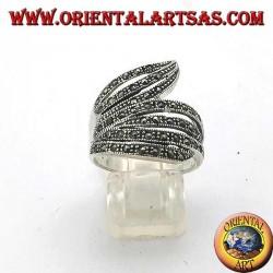 Серебряное кольцо со спиральной полосой и марказитом