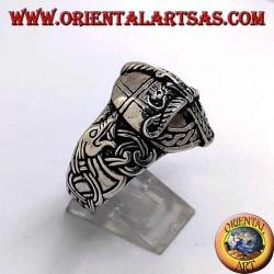 Bague en argent en forme de casque avec gravures celtiques