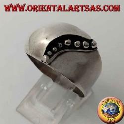 Anello in argento a fascia bombato frontalmente con linea curva di puntini