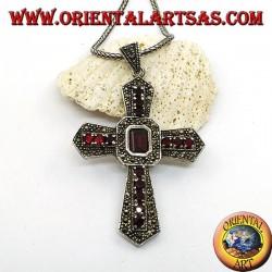 Серебряный крестик с центральным прямоугольным гранатом, гранатами и марказитами на гербах