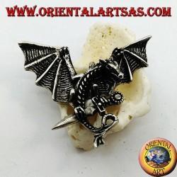 Серебряная подвеска дракона с расправленными крыльями и кинжалом между когтями