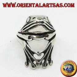 Серебряное кольцо в виде цепляющейся лягушки