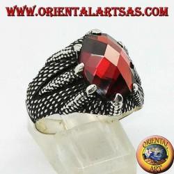Anello in argento con granato sfaccettato ovale incastonata dagli artigli