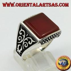 Anello in argento con corniola quadrata piatta e decorazioni fiorentine sui lati