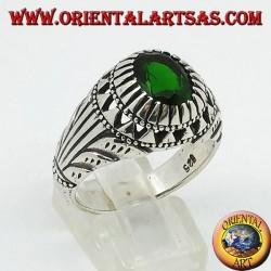 Anello in argento con zircone ovale color smeraldo incastonato e intagli sui lati
