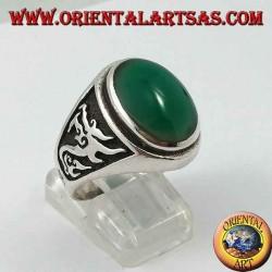 Anello in argento con agata verde ovale e drago in altorilievo sui lati