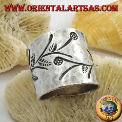 Hammered band silver ring with handmade floral engravings (Karen)