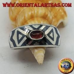 Anello in argento a fascia bombata con granato ovale e decorazione niello