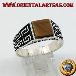 Anello in argento con occhio di tigre quadrato con decorazioni geometriche sui lati
