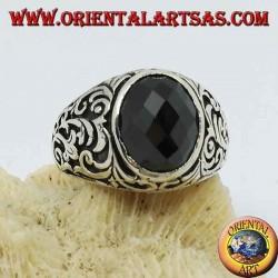 Silberring mit ovalem facettiertem Onyx und floralen Gravuren