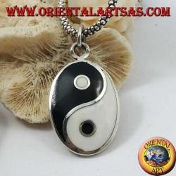 Colgante liso ovalado de plata, yin yang tao con madreperla