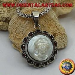 Ciondolo in argento cammeo su madreperla contornato da fiore in argento e granato