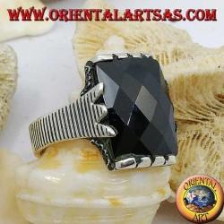Anello in argento con onice rettangolare sfaccettata e montatura a graffetta