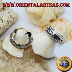 Boucles d'oreilles en argent ciselé à large cercle avec coeurs noués de 12 mm.