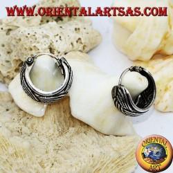 Breiter, gemeißelter Silberohrring mit 12 mm dickem Geflecht.