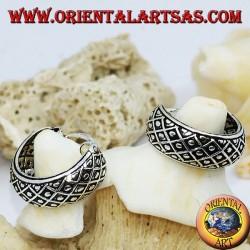 Orecchini in argento a cerchio largo cesellato con palline tra quadretti da 14 mm.