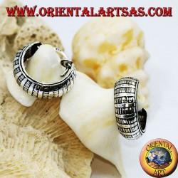 Breite, gemeißelte silberne Ohrringe mit abwechselnd 16 mm dicken Linien.