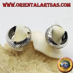 Orecchini in argento a cerchio largo cesellato con rombi e fiori spesso da 14 mm.