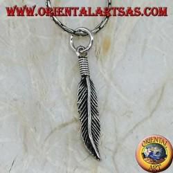 Colgante de plumas de plata con curva en la punta (símbolo de purificación)