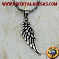 Colgante de plata con forma de ala de ángel con plumas en relieve.