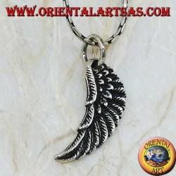 Colgante de plata en forma de ala de ángel en relieve