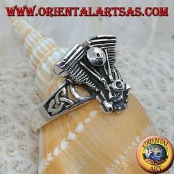 Anello in argento, motore Harley Davidson a V con nodo celtico sui lati