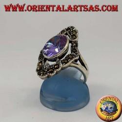 Anello in argento romboidale con ametista ovale naturale contornata da marcassite