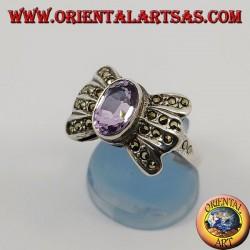 Anello in argento a fiocco con ametista ovale naturale contornata da marcassite