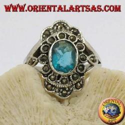 Anello in argento a margherita con topazio blu ovale e marcassite