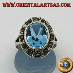 Anello in argento ovale grande con topazio blu contornato da marcassite