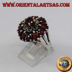 Anello in argento doppio fiore di marcasite e granato con granato tondo in rilievo