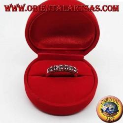 Anello in argento a fascia con una fila di rubini tondi incastonati e marcasite