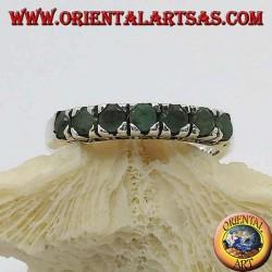 Anello in argento a fascia con una fila di smeraldi tondi incastonati e marcasite