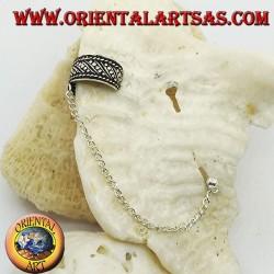 Orecchino Ear Cuff in argento con catenella, linee oblique e puntini in altorilievo