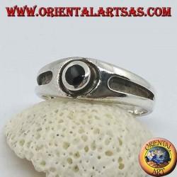 Silberring mit rundem Onyx und dicker Relieflinie an den Seiten