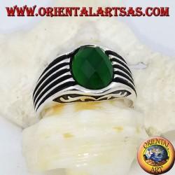 Anillo de plata con circonita verde ovalada facetada y rayas de alto relieve.