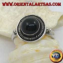 Silberring mit rundem Cabochon-Onyx, umgeben von Streifen