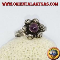Anello in argento a fiorellino da 6 petali con ametista tondo a cabochon