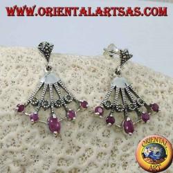 Orecchini in argento pendenti a ventaglio con cinque rubini ovali naturali sulle punte alternati da marcasite
