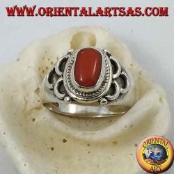 Anello in argento con corallo naturale ovale di origine antica tibetana con semicerchi sui lati