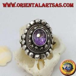 Anello in argento con ametista ovale naturale su montatura in stile nepalese con dischetti e intrecci