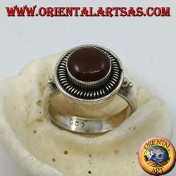Anello in argento con corniola tonda rialzata nel cerchio e righini
