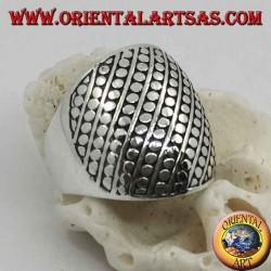 Anello in argento a fascia bombato con decorazione a dischetti e linee oblique