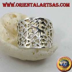 Anello in argento a fascia concava con decorazione floreale fitta traforata