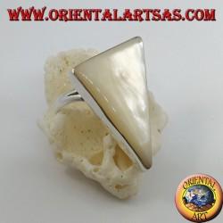 Anello in argento con madreperla a triangolo scaleno incastonata su montatura liscia