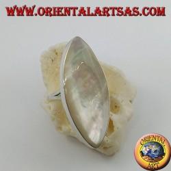 Anello in argento con madreperla ovale appuntita incastonata su montatura liscia