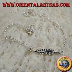 Мягкий серебряный браслет с цепочкой с пером в центре