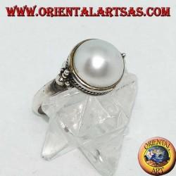 Silberring mit runder Perle, umgeben von Zopfdekor und Kugeln an den Seiten