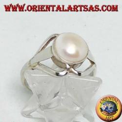 Silberring mit runder Perle zwischen zwei gegenüberliegenden Herzen