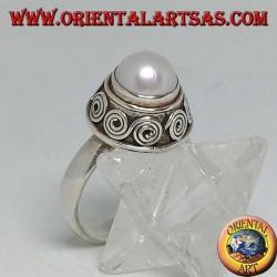 Anello in argento con perla tonda contornata da greche di spirali in altorilievo
